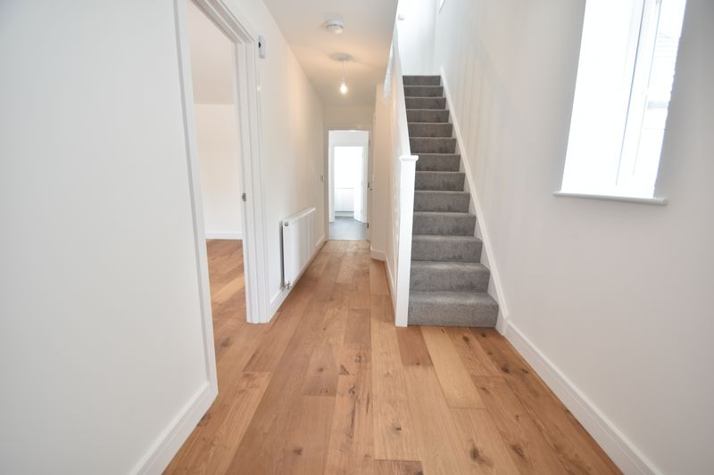 3 bedroom Detached  to rent in Colin Road, Luton - Photo 2