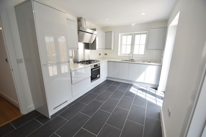 3 bedroom Detached  to rent in Colin Road, Luton - Photo 5
