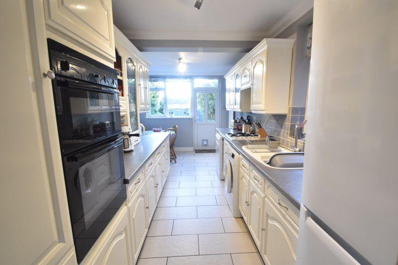 3 bedroom Semi-Detached  to rent in Rutland Crescent, Luton - Photo 3