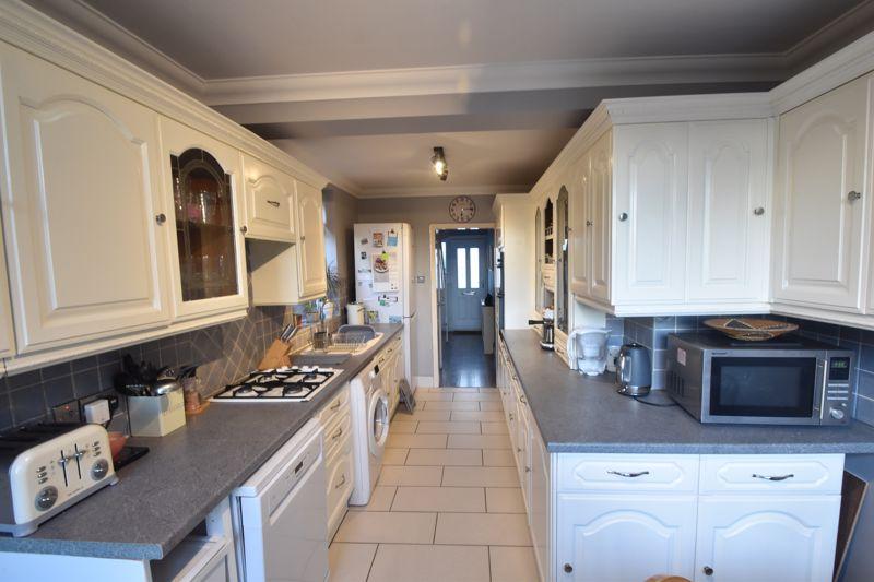 3 bedroom Semi-Detached  to rent in Rutland Crescent, Luton - Photo 5