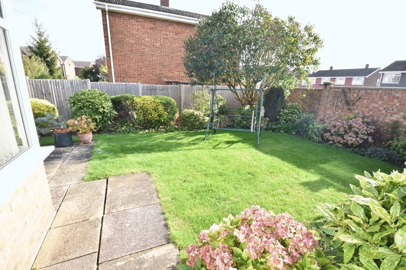 3 bedroom Detached  to buy in Benson Close, Luton - Photo 1