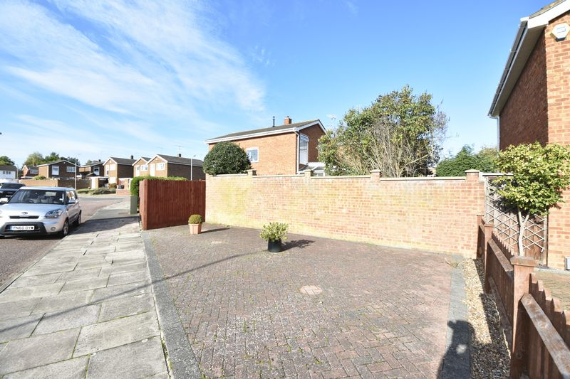 3 bedroom Detached  to buy in Benson Close, Luton - Photo 4