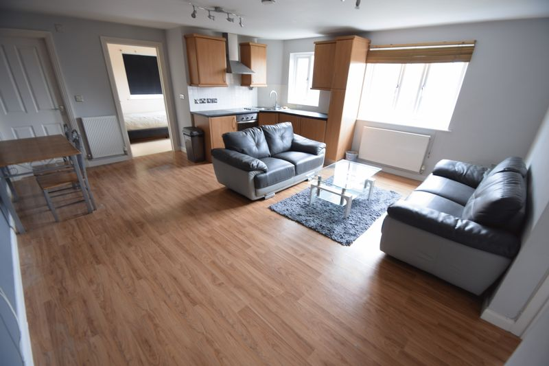 2 bedroom Flat to rent in Treetop Close, Luton - Photo 2