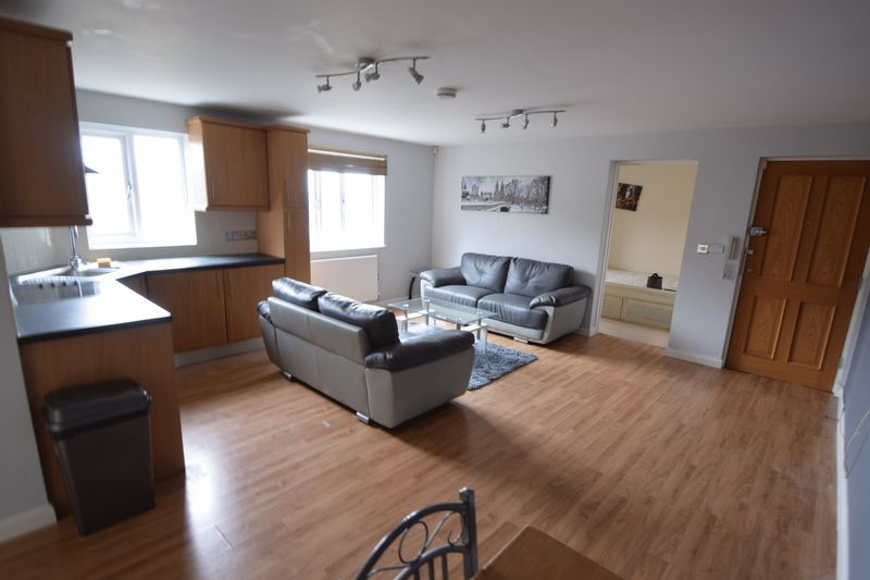 2 bedroom Flat to rent in Treetop Close, Luton - Photo 3