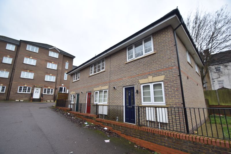 2 bedroom Mid Terrace to rent in Grove Road, Luton