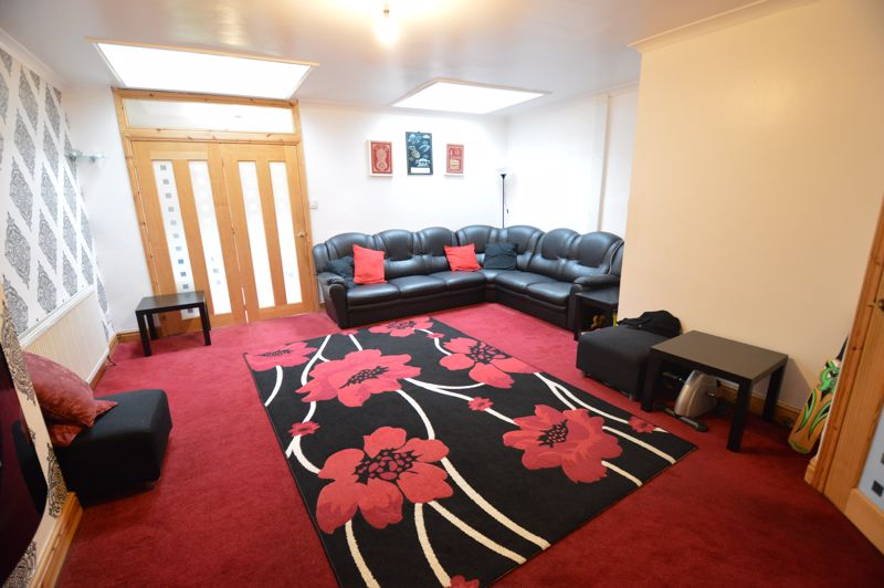 4 bedroom Mid Terrace to rent in Carisbrooke Road, Luton - Photo 2
