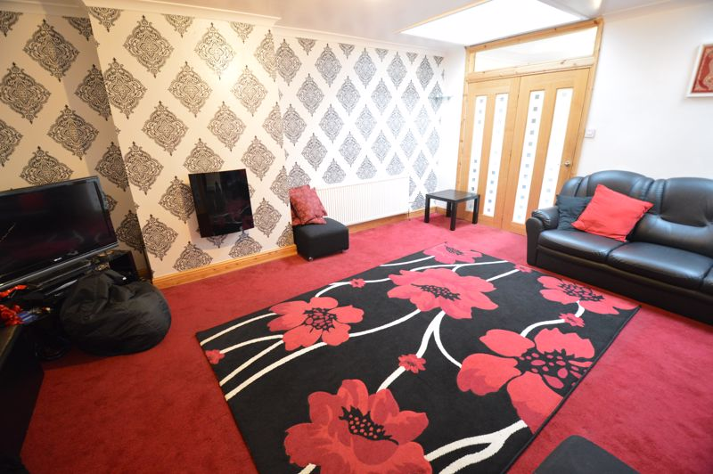 4 bedroom Mid Terrace to rent in Carisbrooke Road, Luton - Photo 3