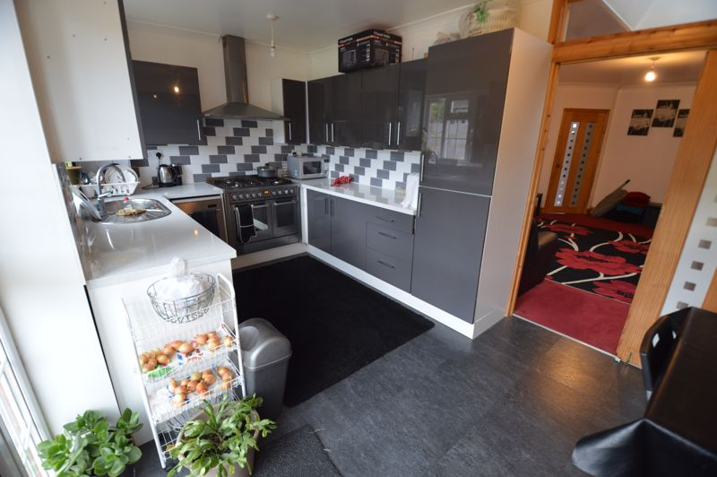 4 bedroom Mid Terrace to rent in Carisbrooke Road, Luton - Photo 4