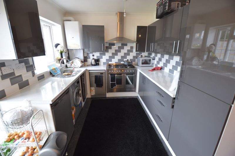 4 bedroom Mid Terrace to rent in Carisbrooke Road, Luton - Photo 5