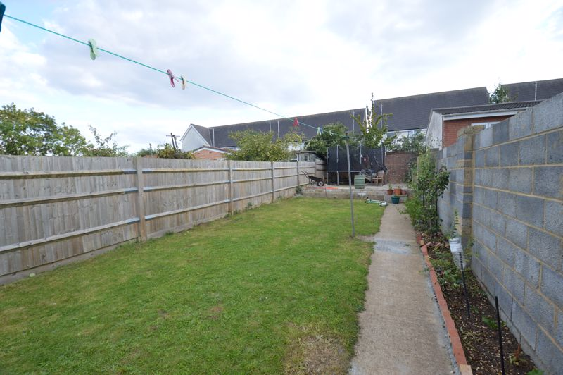 4 bedroom Mid Terrace to rent in Carisbrooke Road, Luton - Photo 8
