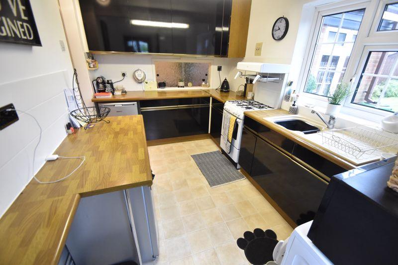 3 bedroom Semi-Detached  to rent in Ross Way, Luton - Photo 5
