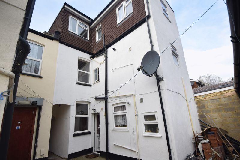 8 bedroom  to rent in Biscot Road, Luton - Photo 5