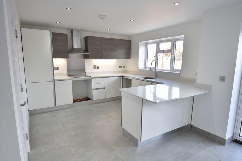 4 bedroom  to buy in Taunton Avenue, Luton - Photo 1