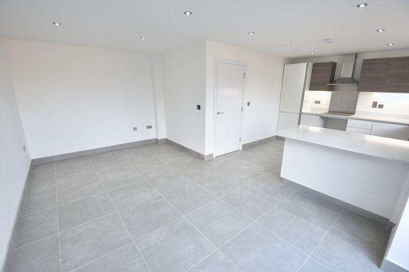 4 bedroom  to buy in Taunton Avenue, Luton - Photo 2