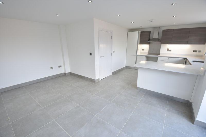 4 bedroom  to buy in Taunton Avenue, Luton - Photo 3