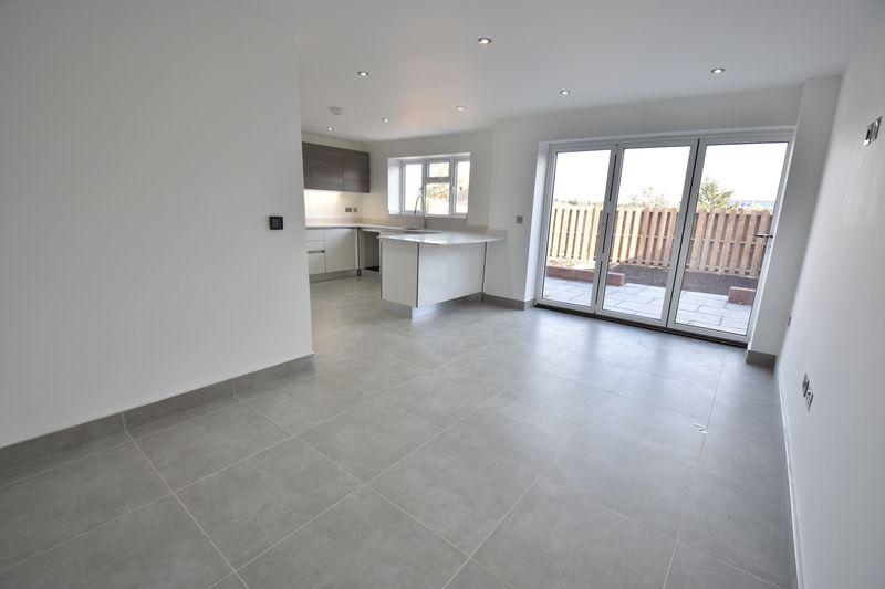 4 bedroom  to buy in Taunton Avenue, Luton - Photo 7