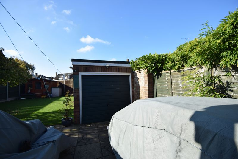 2 bedroom Bungalow to buy in Forrest Crescent, Luton - Photo 2