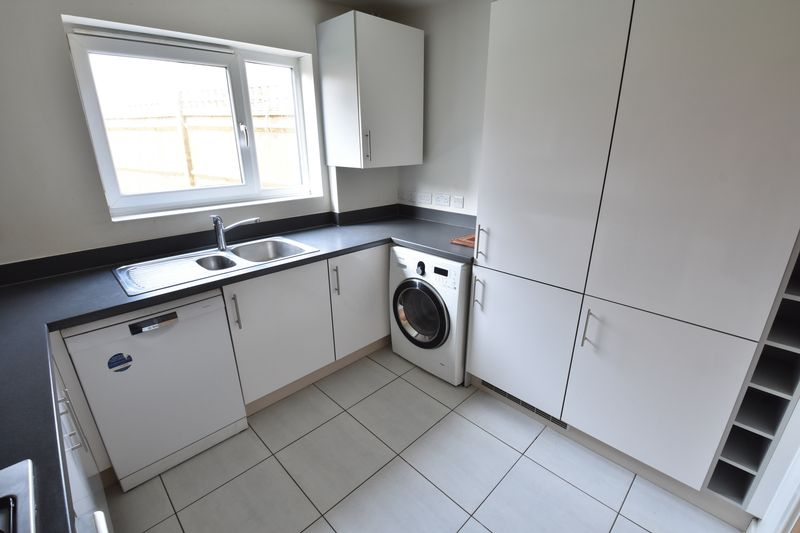 3 bedroom End Terrace to rent in Someries Hill, Luton - Photo 4
