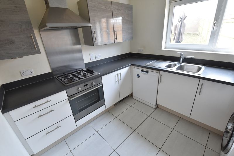 3 bedroom End Terrace to rent in Someries Hill, Luton - Photo 5