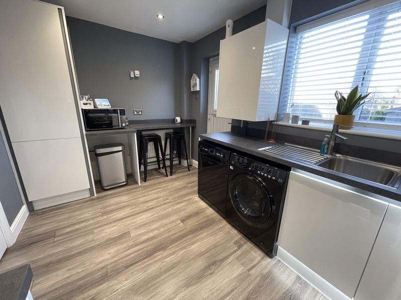 2 bedroom End Terrace to buy in Furze Close, Luton - Photo 5