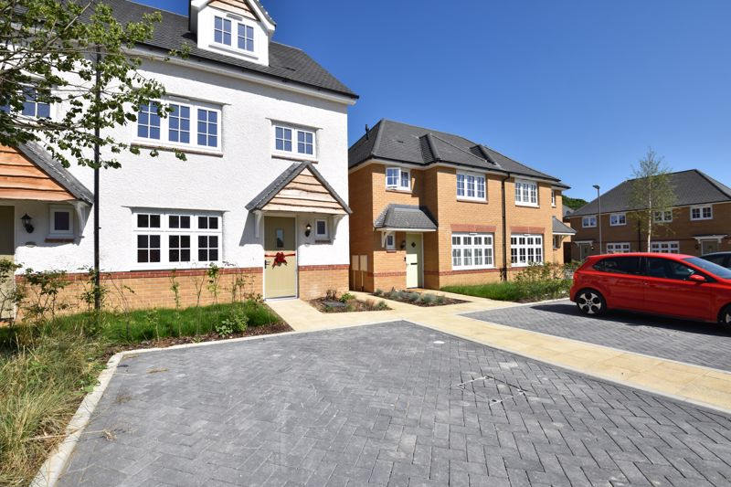 4 bedroom Semi-Detached  to rent in Whittle Drive, Luton