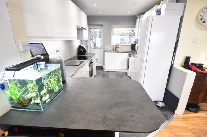 2 bedroom Semi-Detached  to buy in Hart Hill Drive, Luton - Photo 2