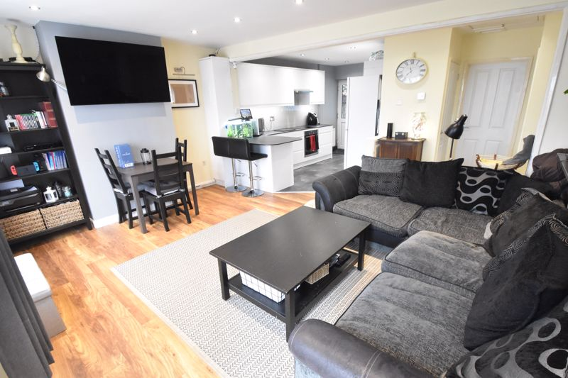 2 bedroom Semi-Detached  to buy in Hart Hill Drive, Luton - Photo 6