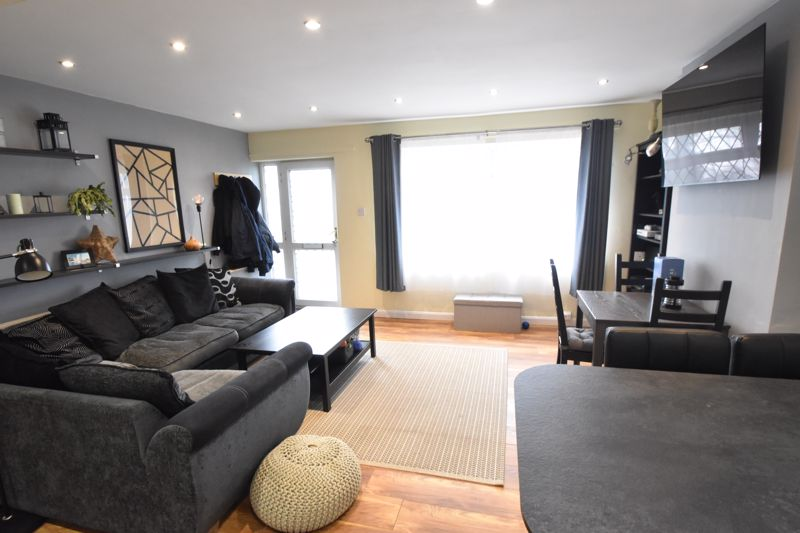 2 bedroom Semi-Detached  to buy in Hart Hill Drive, Luton - Photo 7