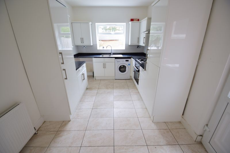 3 bedroom End Terrace to buy in Tennyson Road, Luton - Photo 4