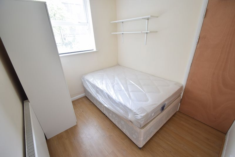5 bedroom Mid Terrace to rent in Trowbridge Gardens, Luton - Photo 6