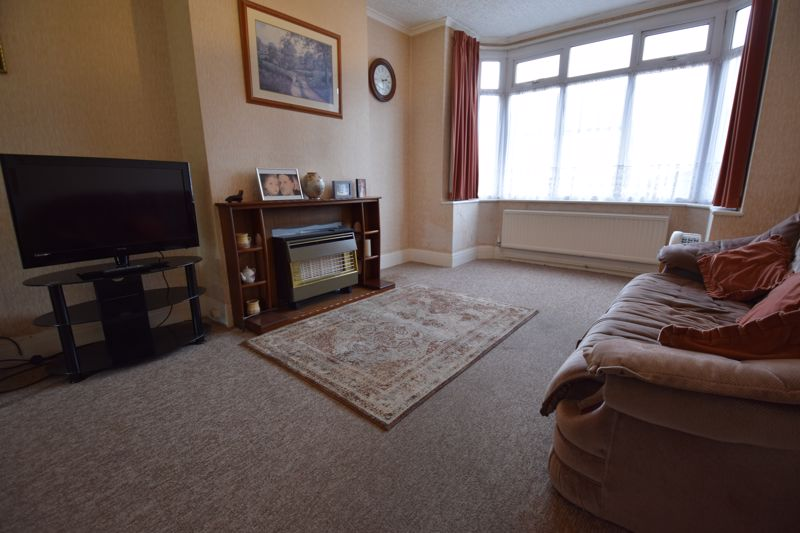 3 bedroom Semi-Detached  to buy in Mountfield Road, Luton - Photo 3