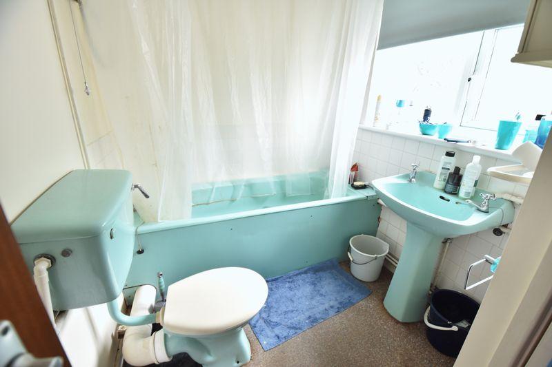 2 bedroom Flat to buy in Crescent Road, Luton - Photo 4