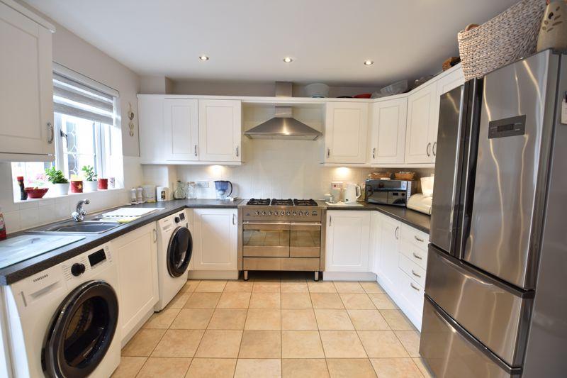 3 bedroom  to buy in Brompton Gardens, Luton - Photo 7