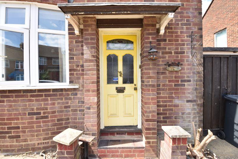 3 bedroom  to buy in Tenzing Grove, Luton - Photo 2