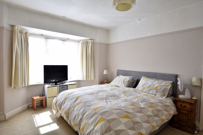 3 bedroom Mid Terrace to buy in Kenneth Road, Luton - Photo 3