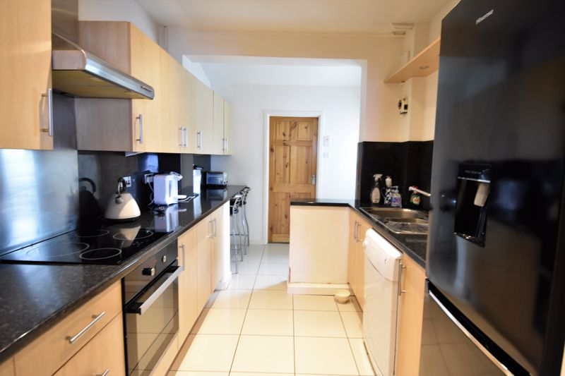 3 bedroom Mid Terrace to buy in Kenneth Road, Luton - Photo 5