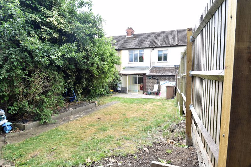 3 bedroom Mid Terrace to buy in Kenneth Road, Luton - Photo 7