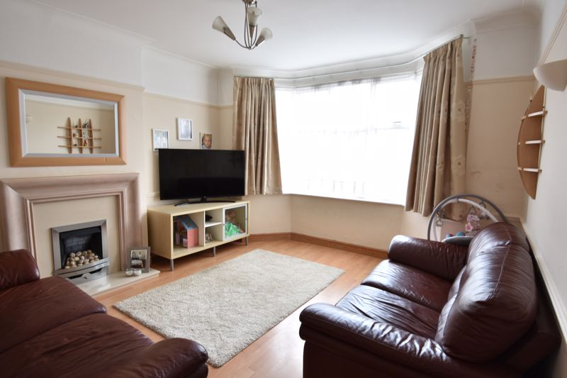 3 bedroom Mid Terrace to buy in Kenneth Road, Luton - Photo 10
