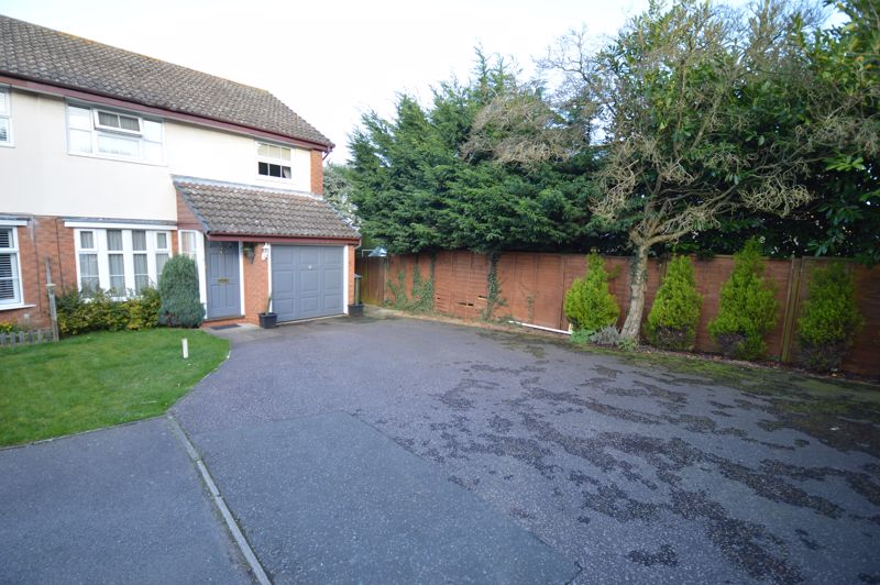 3 bedroom Semi-Detached  to buy in Kershaw Close, Luton