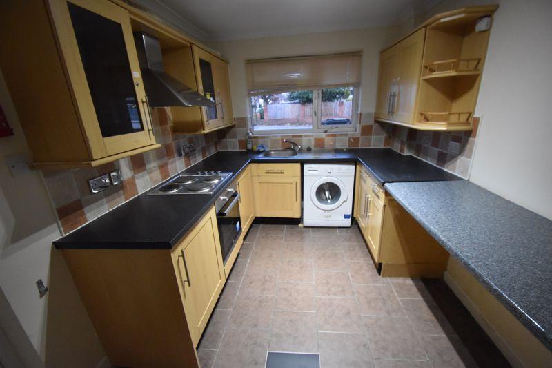 5 bedroom Semi-Detached  to rent in Biscot Road, Luton - Photo 4