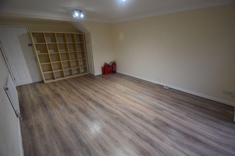 5 bedroom Semi-Detached  to rent in Biscot Road, Luton - Photo 8