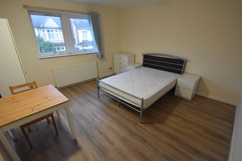 5 bedroom Semi-Detached  to rent in Biscot Road, Luton - Photo 12