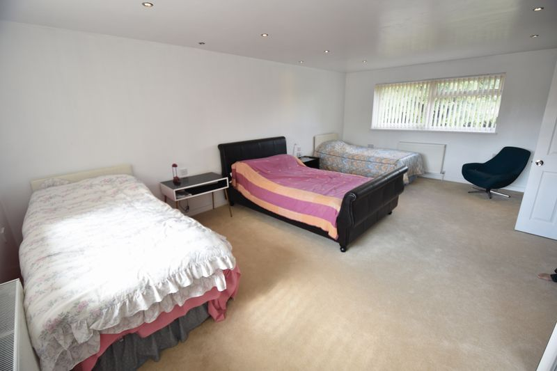 5 bedroom Detached  to buy in Ringwood Road, Luton - Photo 1