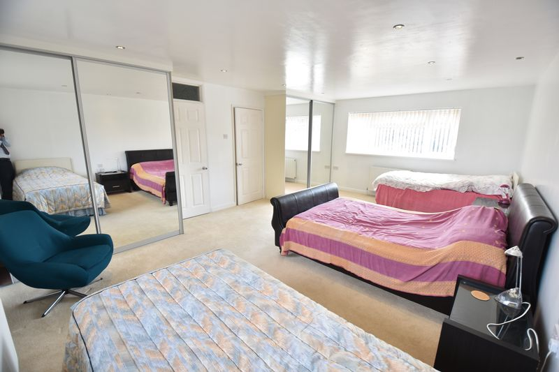 5 bedroom Detached  to buy in Ringwood Road, Luton - Photo 2