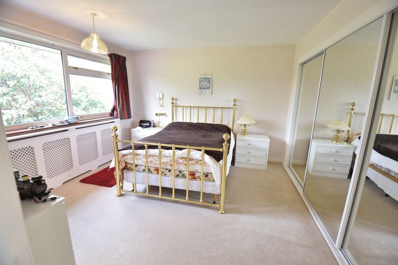 5 bedroom Detached  to buy in Ringwood Road, Luton - Photo 3