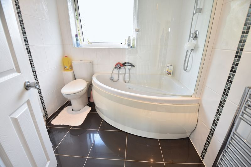 5 bedroom Detached  to buy in Ringwood Road, Luton - Photo 5
