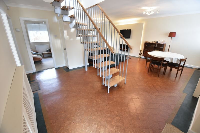 5 bedroom Detached  to buy in Ringwood Road, Luton - Photo 15