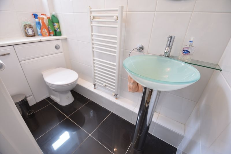 5 bedroom Detached  to buy in Ringwood Road, Luton - Photo 16