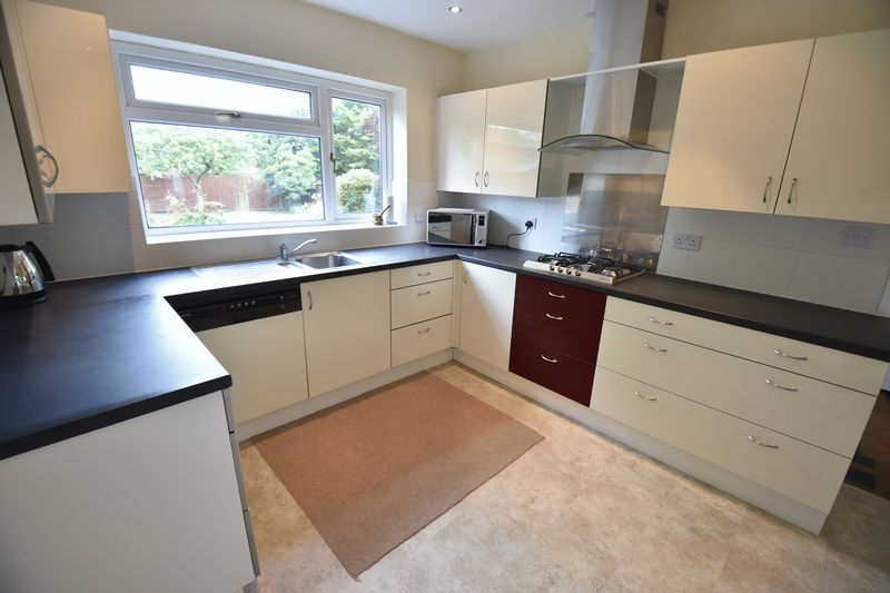 5 bedroom Detached  to buy in Ringwood Road, Luton - Photo 18