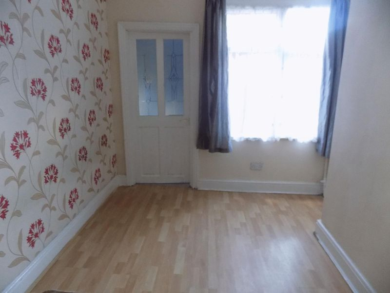 8 bedroom  to buy in Cromwell Road, Luton - Photo 2